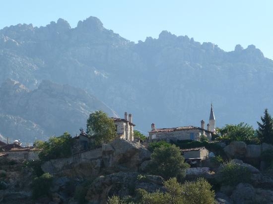 Kaya Pension: Blick von den Steinhäusern auf Kapikiri und das Besparmak-Gebirge