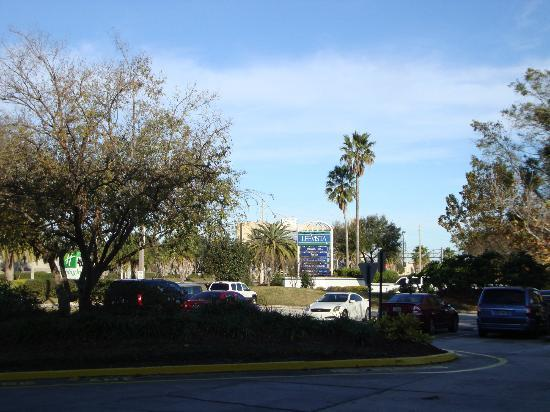 Holiday Inn - Orlando International Airport : the parking