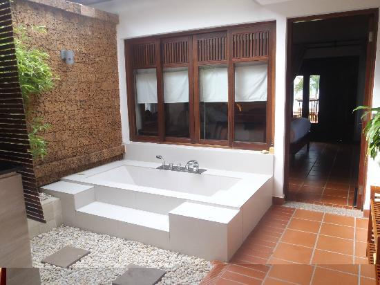 Palm Garden Beach Resort & Spa: Outdoor bath in the beach bungalow
