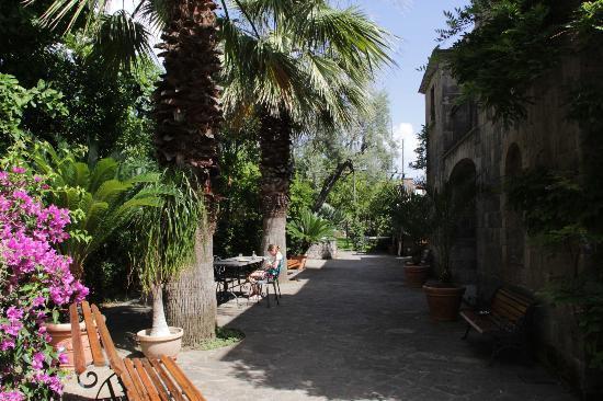 La Neffola Residence Sorrento: breakfast in the garden