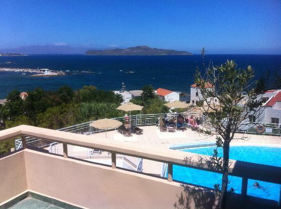 Achillion Apartments: Вид с балкона на бассейн и море