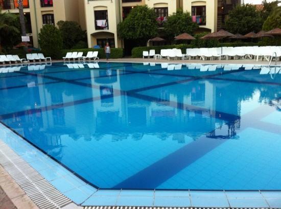 كلوب تركويز أبارتمنتس: pool 