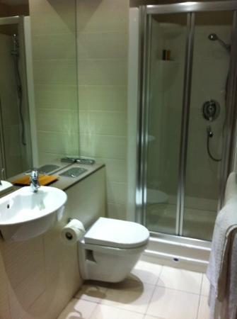 Roomzzz Leeds City: great bathroom