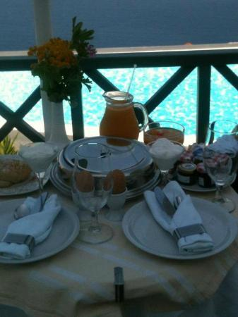 ‪أناستاسيس آبارتمنتس: Breakfast on our balcony overlooking the pool - best start to the day!