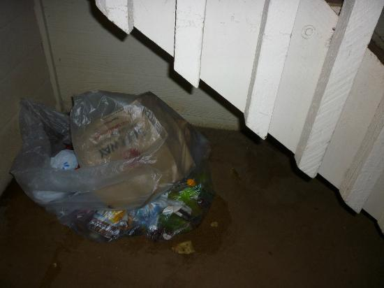Days Inn Maui Oceanfront: garbage bag under staircase
