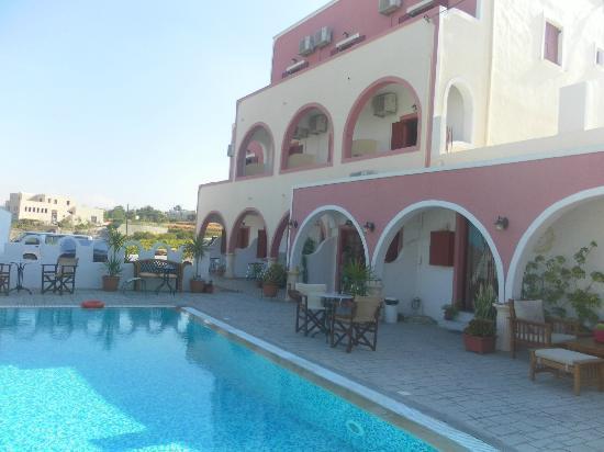 Koronios Villa: Frente de las Habitaciones