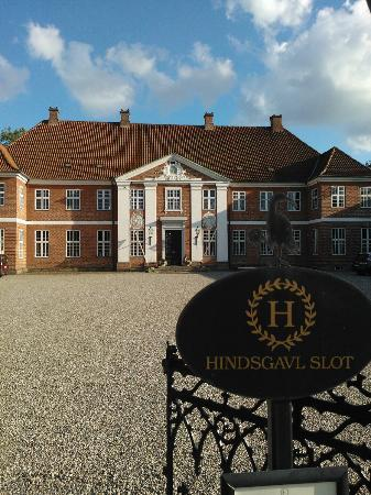 Hindsgavl Slot: The estate, front court