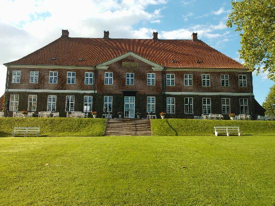 Hindsgavl Slot: Castle from the garden
