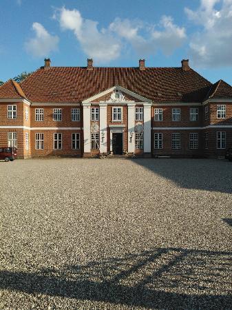 Hindsgavl Slot: The estate, front court