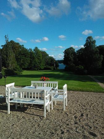 Hindsgavl Slot: Garden overlooking ocean