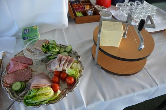 Roedby, Danemark : Breakfast - choice of meats and ingenious cheese cutter