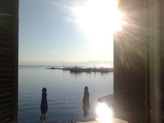 Gythion Hotel: de la fenêtre de la chambre magnifique coucher se soleil sur le port