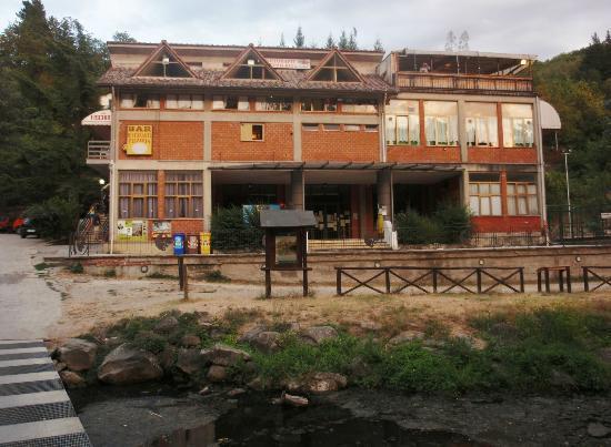 Londa, Italia: Il ristorante sulla riva del lago