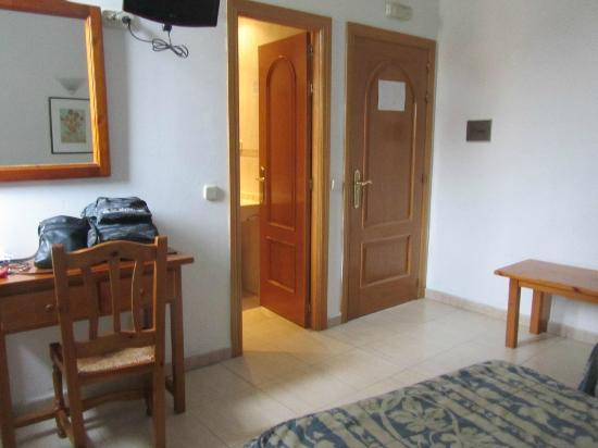 Hostal Centro: I booked a single and they gave me a decent size twin room