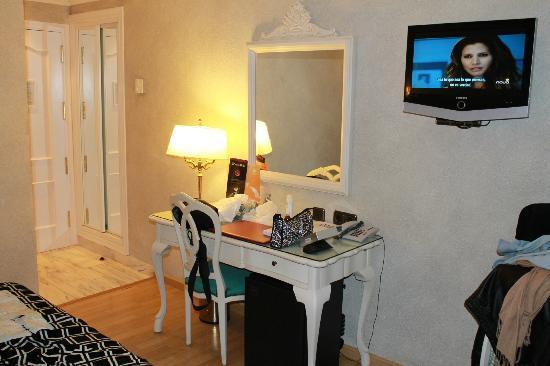 Salles Hotel Pere IV: tiene un mobiliario precioso, aquí: la tv, escritorio y se asoma el pasillo hacia la puerta.