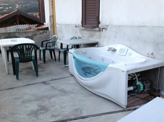 B&B Osteria Cattaneo : The jacuzzi would be better off in the bin, surely not on the terrace