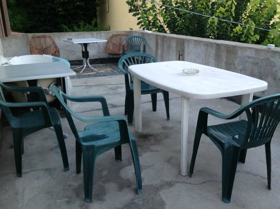 B&B Osteria Cattaneo: Terrace with dirty chairs...