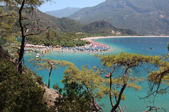 Plage d'Oludeniz (Lagon bleu) : The view you get if you climb the rocks opposite the beach. Rent a canoe. It's an easy climb.