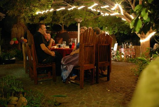 Pelican Lodge: Entertainment area by night
