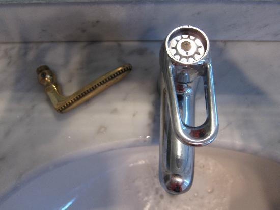 The Residence Les Ecrins: broken tap and door handle
