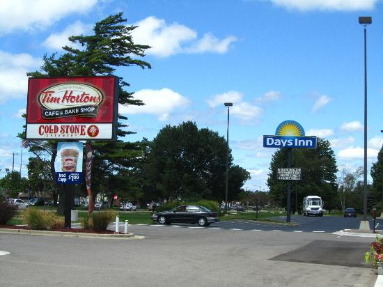 Baymont Inn & Suites Grand Haven: Days Inn was very nice. 24 hr Coldstone Creamery next door was icing on the cake!