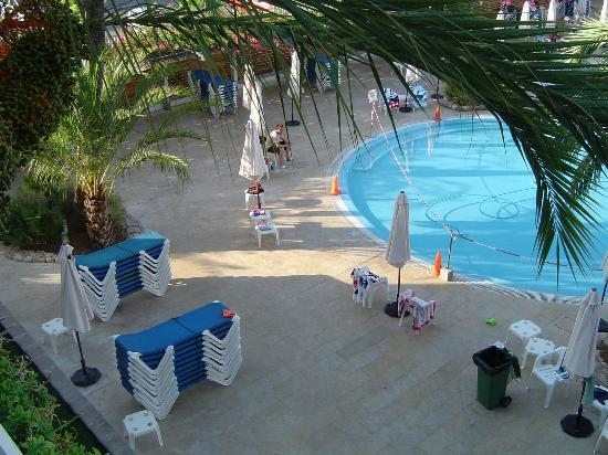 Puerto Azul Suite Hotel: Won't get a pool side pitch unless your up at 7.30am