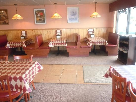 Stavro's Original Pizza House IV : dining area