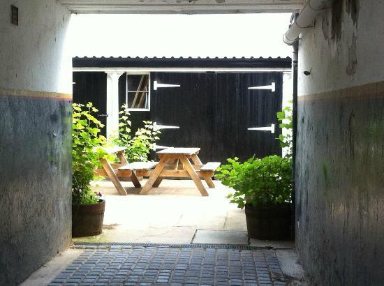 Bankfoot Inn: Beer garden