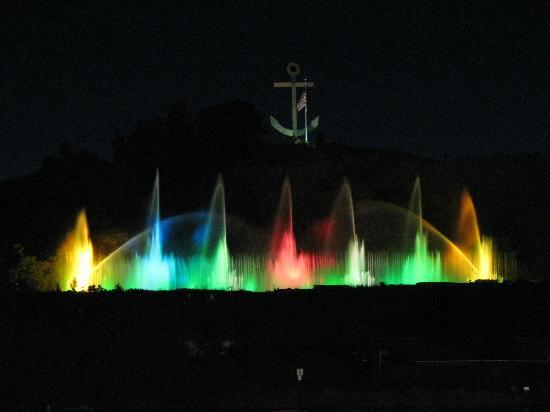 Baymont Inn & Suites Grand Haven: Musical fountain nightly show along the river.
