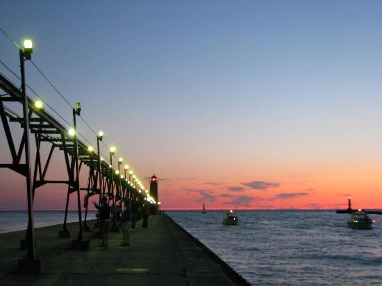 Baymont Inn & Suites Grand Haven: Love strolling the boardwalk & pier.