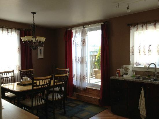 Gower Street House Bed and Breakfast: DR/kitchen