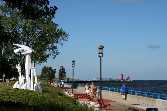 Days Inn Grand Haven: A lovely day for a stroll on the boardwalk.