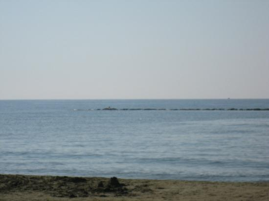 Mariandy Hotel: You can see-no people in the beach)