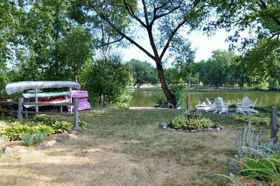Rock River Inn: Backyard with river, kayaks, canoe, paddleboat, campfire