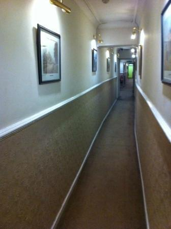 Royal Court Apartments: Narrow corridor