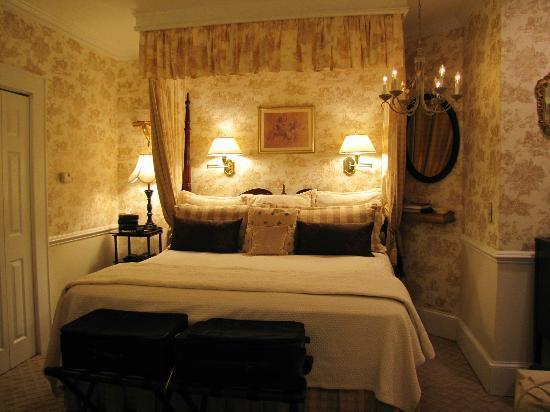 Abbington Green Bed and Breakfast Inn: great lights- even a pretty chandlier