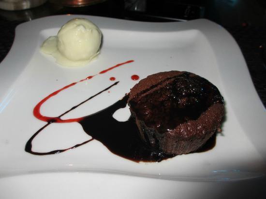 L'entrecote Steak House: Warm Chocolate Cake w/ Ice cream - Wow !