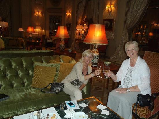 El Palace Hotel: Hotle lobby cheers.