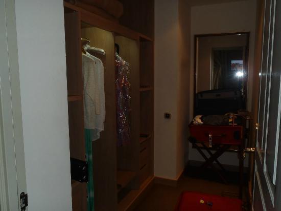El Palace Hotel: Room closet