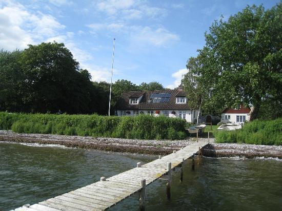 Allan Lindholm Andreassen: Aussicht auf das Haus vom Badesteg