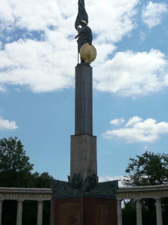 Schwarzenbergplatz: MONUMENTO A LOS CAIDOS