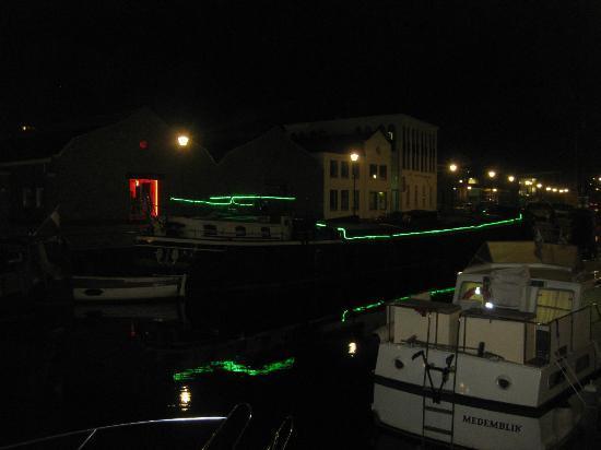 Night view of Hotel Vita Nova on the canal