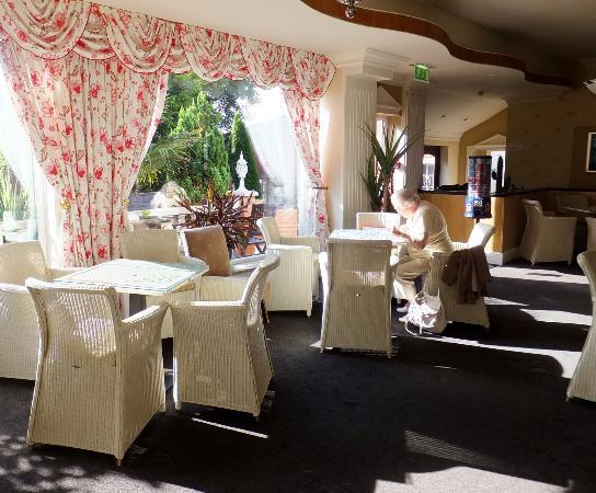 Clifton Park Hotel: sit and read, or do a jigsaw..a haven of peace