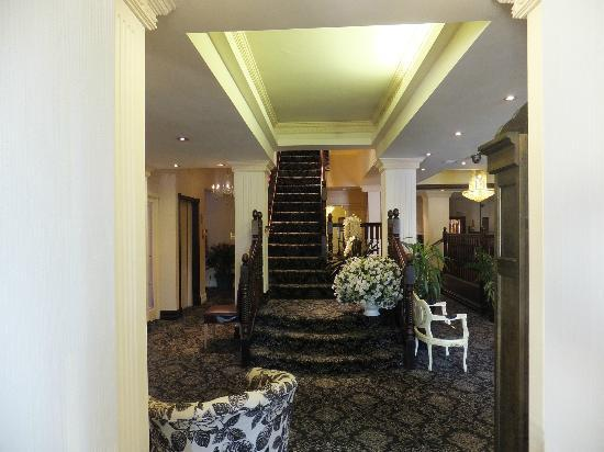 Clifton Park Hotel: The main staircase...very majestic