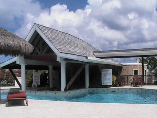 Coyaba Beach Resort: Pool and swim up bar