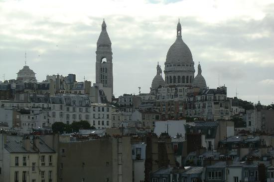Ibis Paris Montmartre 18ème : vue de cote, de la chambre
