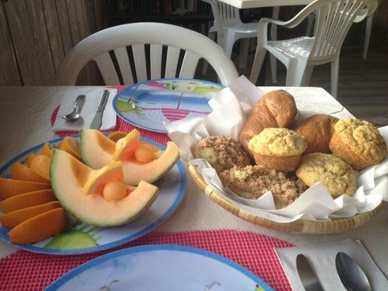 Seascape Inn, Andros: fresh fruit with homemade baked goods daily