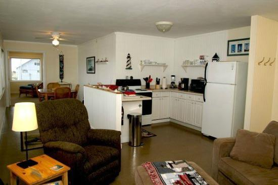 Sand Dollar Inn and Cottages: Penthouse Living/Dining/Kitchen