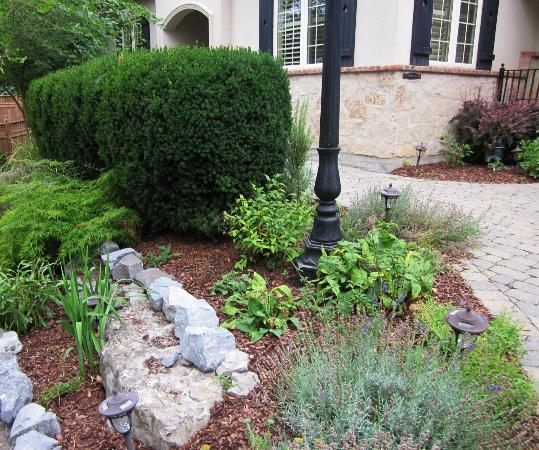 Maria's Bed and Breakfast: Front Garden Walkway