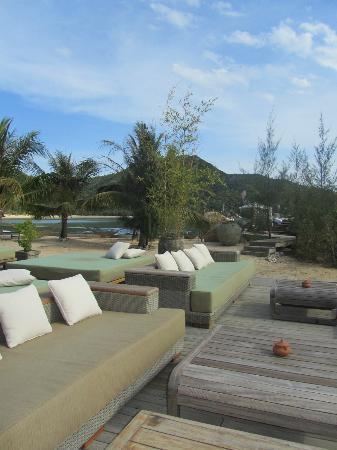 An Lam Ninh Van Bay Villas : salon extérieur entre le restaurant et la piscine